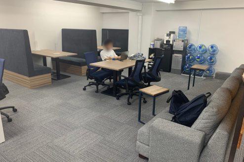 9.ネガティブ撮影OK なんでもオフィス|4名掛けボックス席が2つ。中央の机を動かせば広いスペースも確保できます