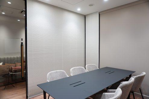 7.+SHIFT KANDA 1F:6名用会議室(内側から撮影)